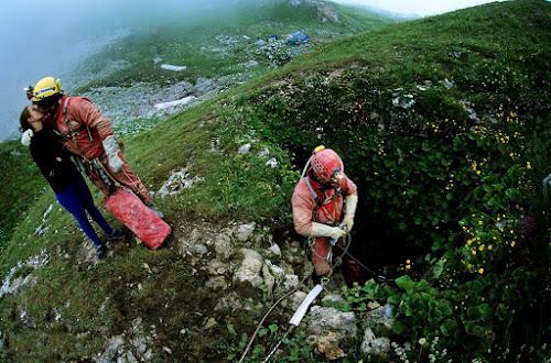 Exploradores entrando na caverna mais profunda do mundo