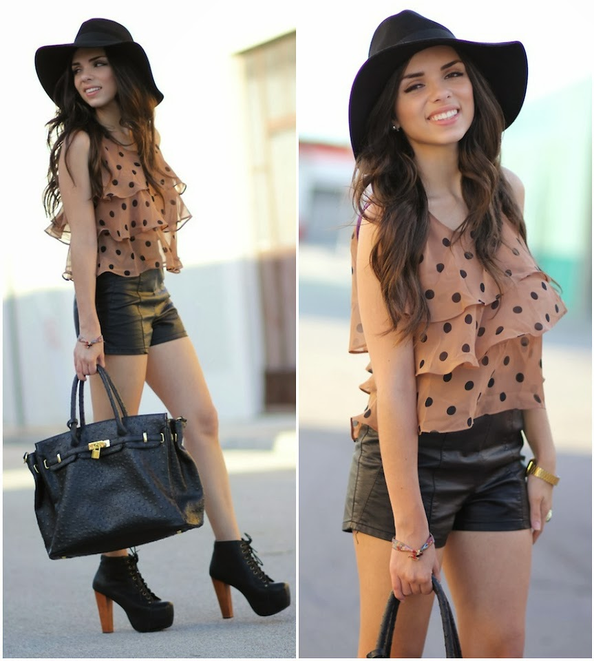 chapéu, shorts de couro, camisa de babado, bota, bolsa