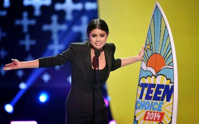 Selena Gomez pose with her Teen Choice Awards