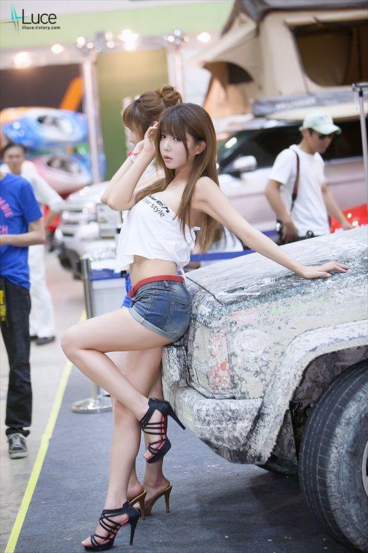 Foto gambar cewek SPG mobil Korea cantik seksi hot panas.