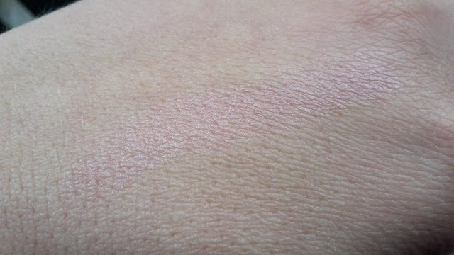 Balea Lippenpflege Perlzglanz a jeho perlový lesk na chrbte ruky