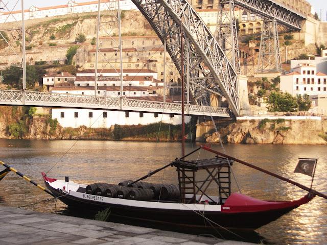 Barco Rabelo atracado en la orilla de barrio de Ribeira