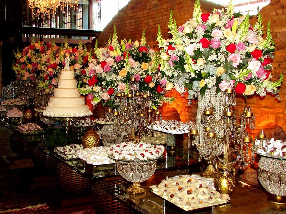 Detalhe de mesa de bolo e doces