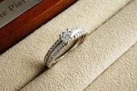 メレダイヤモンドをたっぷりと使い腕のつや消しで個性を出したリングができあがりました。