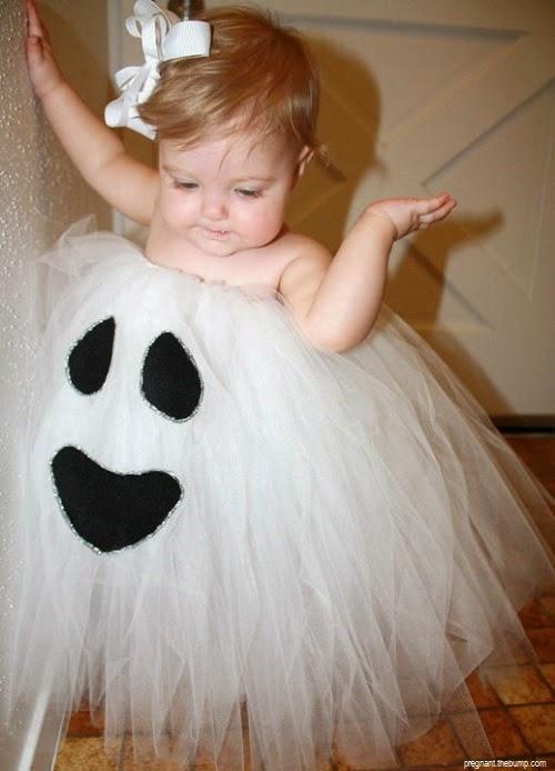 Adorable photo bébé fille déguise avec une jolie robe blenche pour Halloween