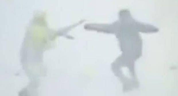 Καρέ-καρέ η επίθεση τρομοκράτη κατά Ρώσων αστυνομικών ΣΚΛΗΡΟ ΒΙΝΤΕΟ