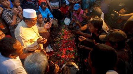 QZ8501: Rumah Hayati Lutfiah Dikhabar 'Berbau Harum', info, terkini, berita nahas pesawat airasia, Khairunisa Haidar,