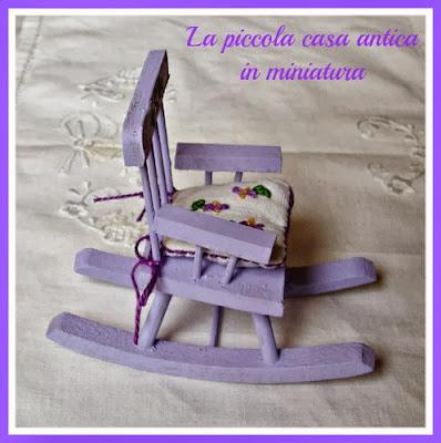 una sedia a dondolo per la case in miniatura
