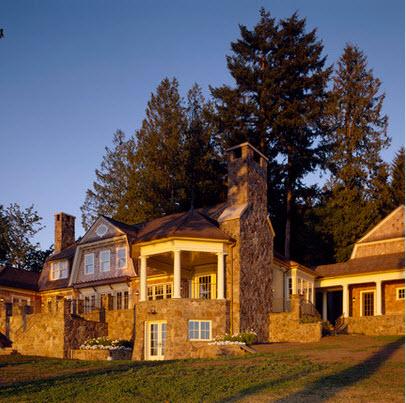 fachada de casa rstica en el campo con chimenea