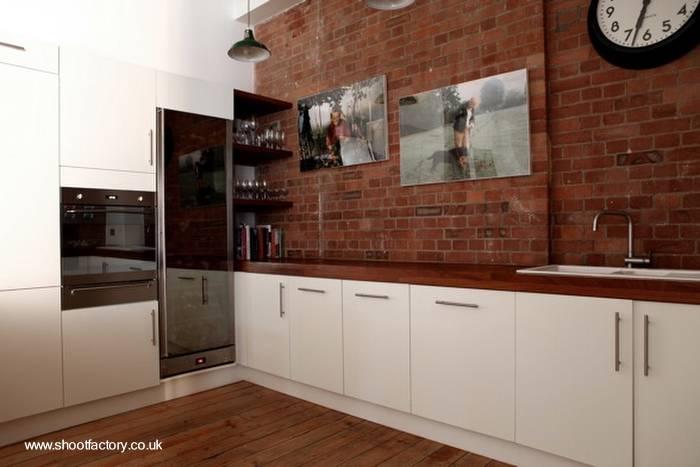 Arquitectura de casas cocina minimalista en un extenso y for Muebles de cocina en forma de l