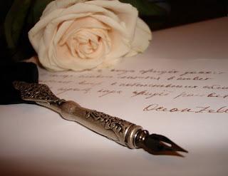 перо, бумага и роза