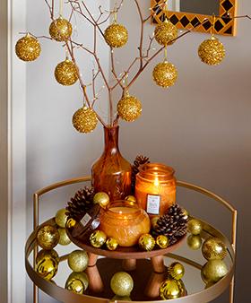 Uma Árvore Natal improvisada no carrinho de bebidas