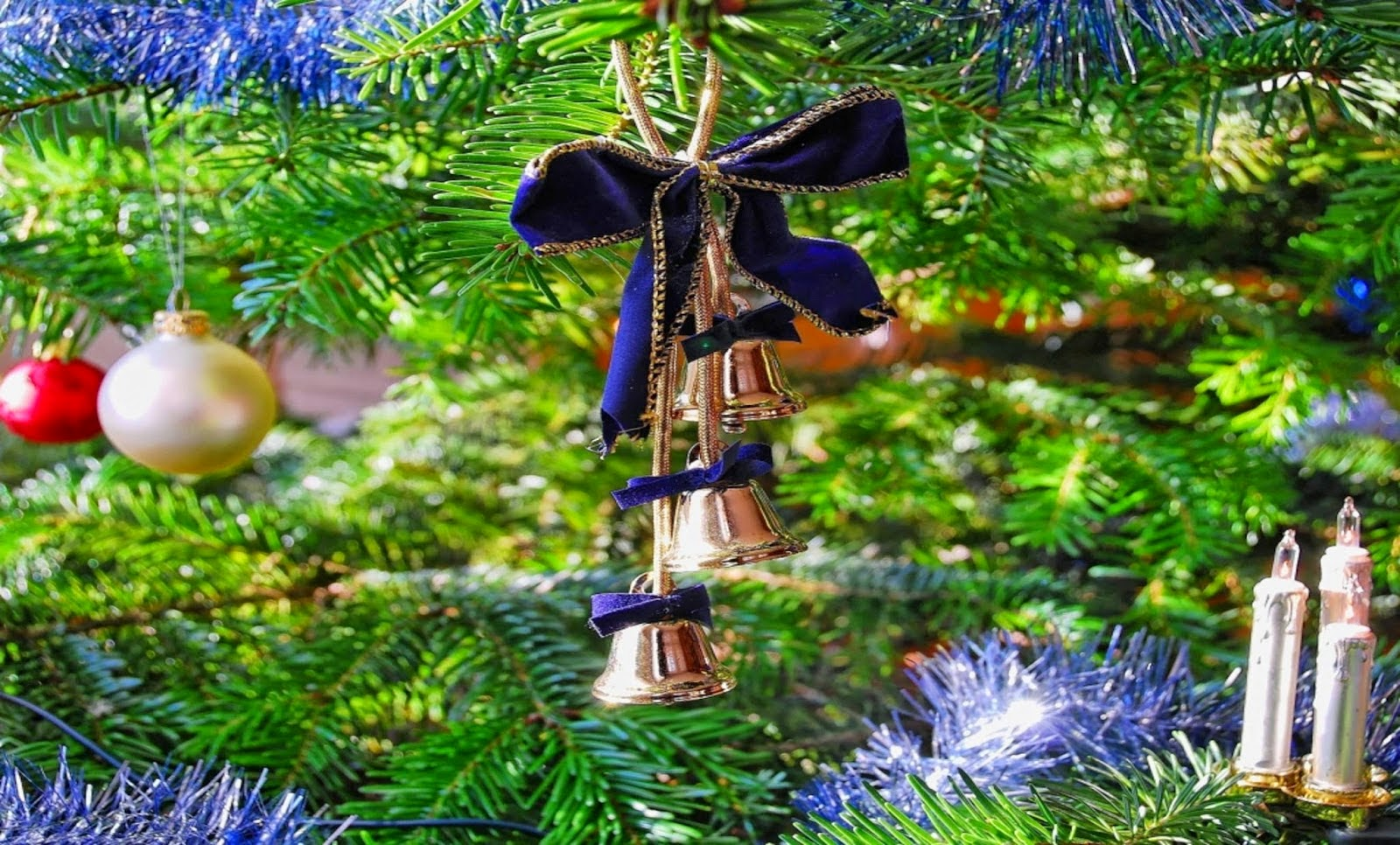 Christmas-bell-decorated-in-xmas-tree-new-unique-amazing-design-images-photos.jpg