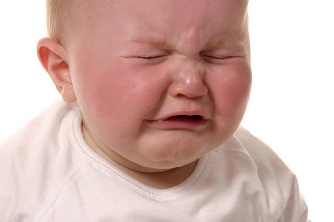 صورة طفل صغير سمين البدن يبكي بعمق