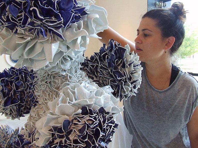 Formas de la naturaleza creado de miles de fragmentos de cerámica por Zemer Peled