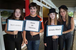 Caracterizados como o personagem 'Carlitos', de Charles Chaplin, alunos do Ginda Bloch recepcionam os convidados na porta do salão do Clube Comary