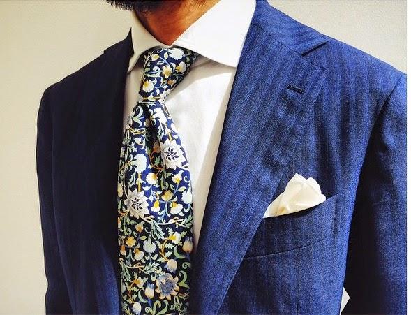 El pañuelo debe hacer siempre contraste con la chaqueta aea14fea756