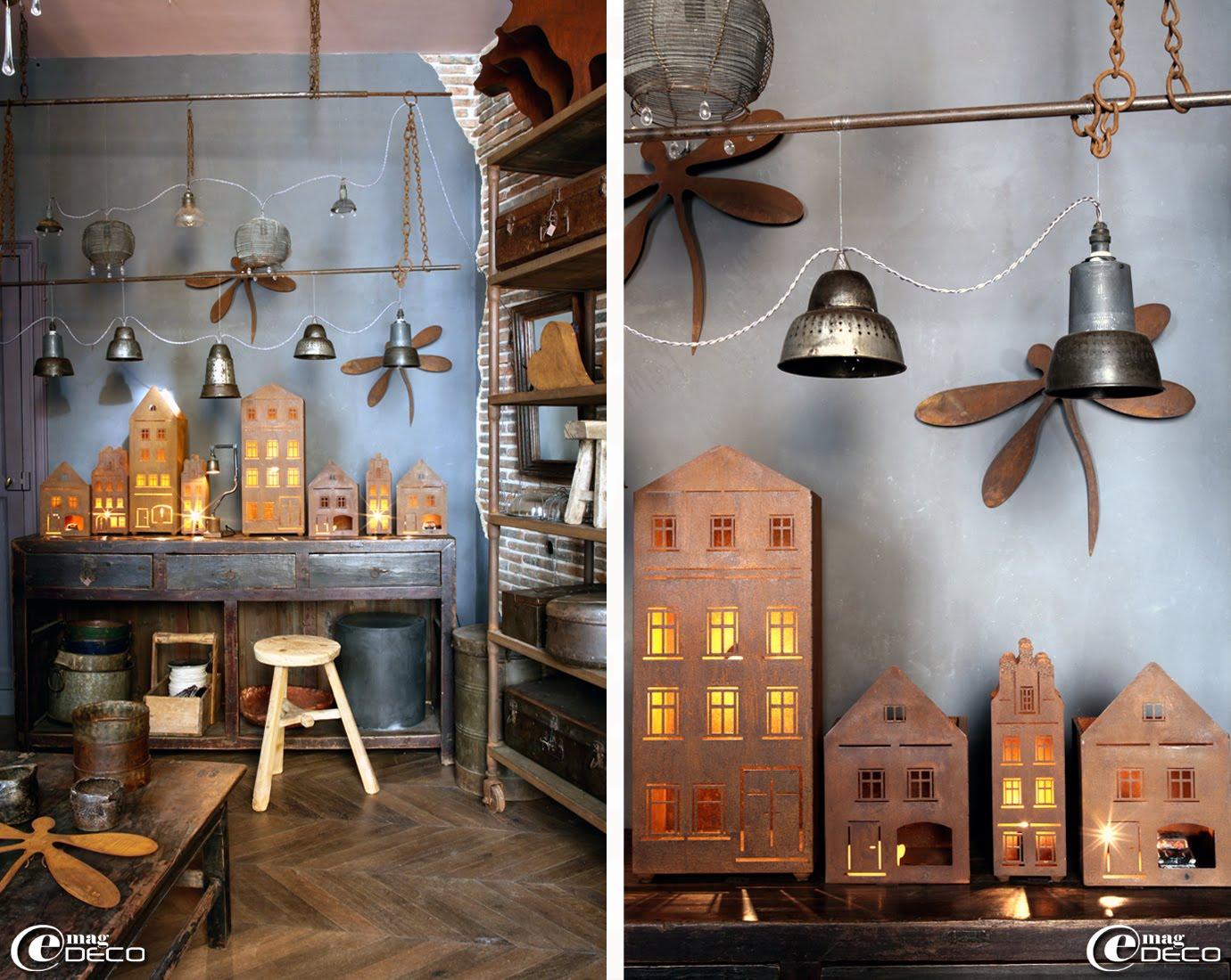 Au fond de la boutique 'Métamorphoses' à Bellême, suspendues au plafond, deux guirlandes lumineuses créées par Jean-Luc à partir de paniers à salades ou de vieux récipients perforés