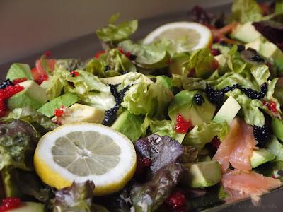 Salade aux deux saumons, à l'avocat, aux tomates et aux oeufs de lump (voir la recette)