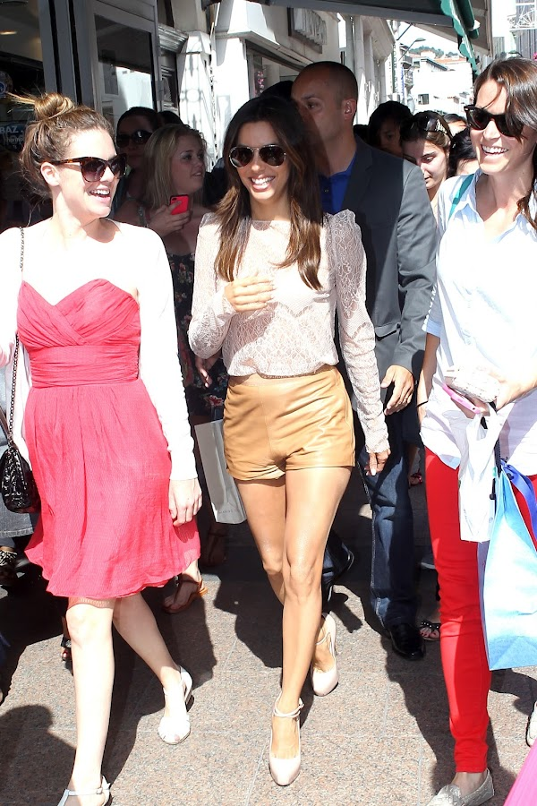 celebruty Eva Longoria walking down the street with her greatest fans