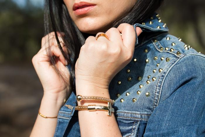 Accesorios dorados con  Gold Cross Bracelet by MOKKA Accesories