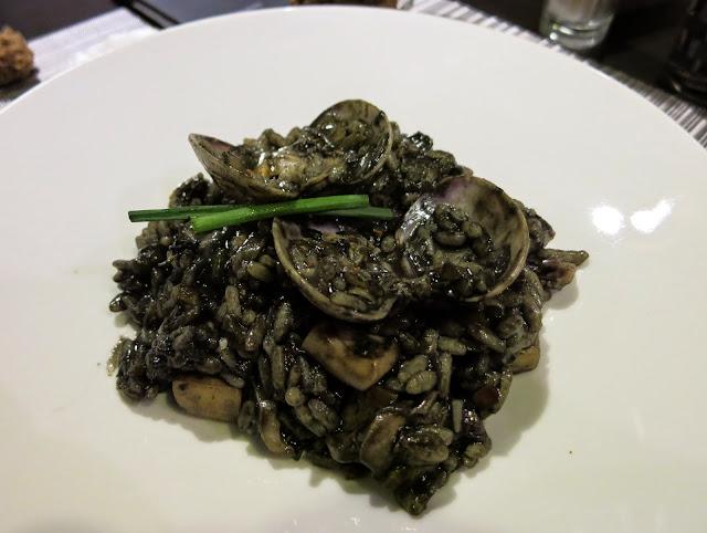 Ración de arroz negro de pulpo y calamar, Sazon Arte