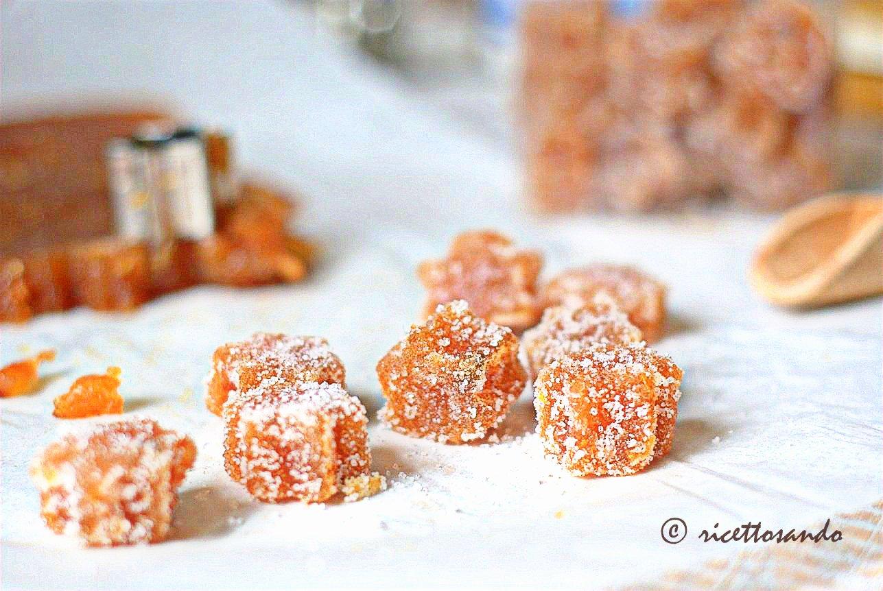 gelèe di cotogna ricetta dolce, coppiamo la cotognata e passiamo nello zucchero