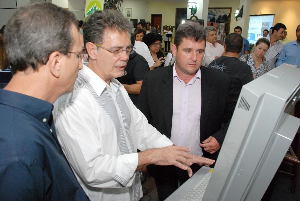 Prefeito Arlei, Secretário Estadual de Turismo, Ronald Azaro, e o Deputado Estadual, Nilton Salomão, manuseiam a máquina de informações turísticas