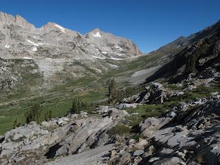 Abstieg in den Spiller Creek Canyon; im Hintergrund sieht man Horse Creek Pass und links davon Matterhorn Peak