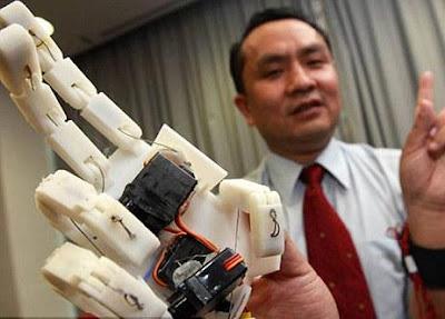 احدث الابتكارات : يد الية ...تصافح بها الاشخاص عبر الانترنت - Cyber electroinc hand shake people hands