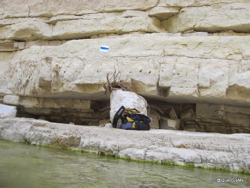 Senderismo en el cauce del río del cañón Wadi Arugot