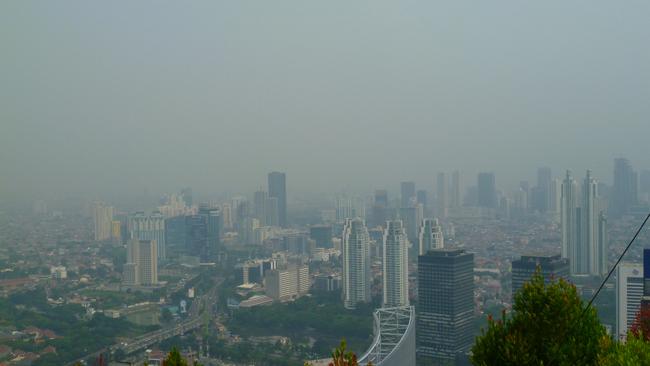 Niebla y contaminación en Jakarta