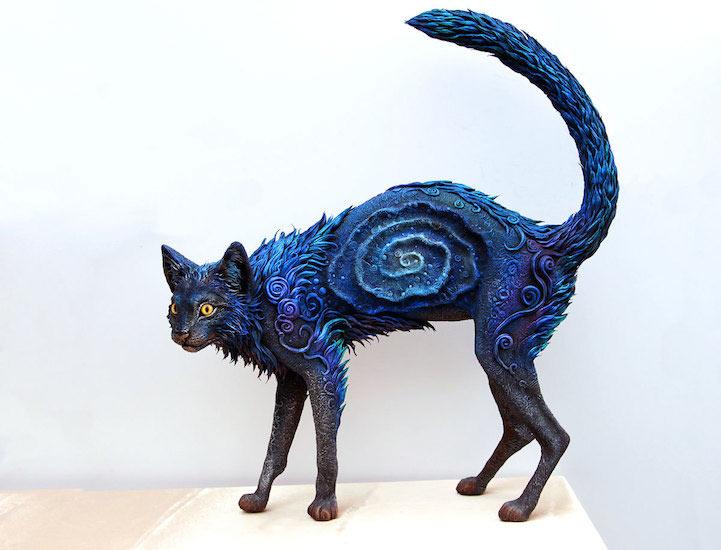 Escultura Gato Galaxia presenta colores brillantes y fantásticos patrones