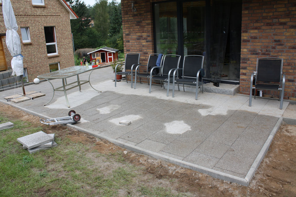 katrin und arne bauen ein haus terrasse ist fast fertig. Black Bedroom Furniture Sets. Home Design Ideas