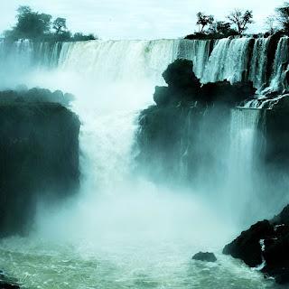 Ilha San Martin e Salto San Martin, Parque Nacional de Iguazú, Argentina. O Salto San Martin apresenta o maior volume de água visto a partir do Circuito Inferior.