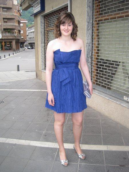 Vestido azul con zapato plateado