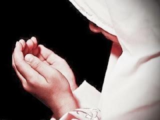 Akhwat berdoa (foto greatbelievers.blog.com)