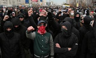 4 ноября на Русском Марше помимо традиционных имперцев и нацдемов присутствовала небольшая группа активистов, не относящих себя к каким-либо партиям и движениям, так называемые автономы. Колонна автономов отличалась от остальных пришедших трезвостью, дисциплинированностью, остросоциальным содержанием своих речёвок и зарядов, а также знамёнами с кельтскими крестами и чёрным стилем одежды.  Также участники колонны не забывали лозунги касающиеся здорового образа жизни и неоднократно заряжали Straight Edge.   Пускай в этот день в колонне автономов было немного участников, главное, что пришедшие на РМ и те, кто будут смотреть отчёты о нём, знают, что алкоголикам, православнутым бабкам, и государственникам есть реальная альтернатива в виде здоровых и политически грамотных молодых людей!  Салют и удачи парням и девчонкам и спасибо за присланные фотографии!