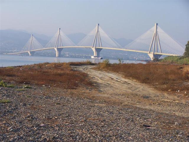Patras'ı karşı kıyıya bağlayan Rio-Antirio Köprüsü
