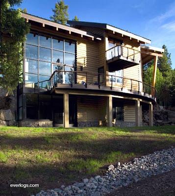 Casa contemporánea hecha con troncos de concreto símil madera