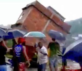 CASA CAIU AO VIVO!!! COMPLEXO DO ALEMÃO - Rio de Janeiro Brasil decorrente de muita Chuva e em Área de Risco