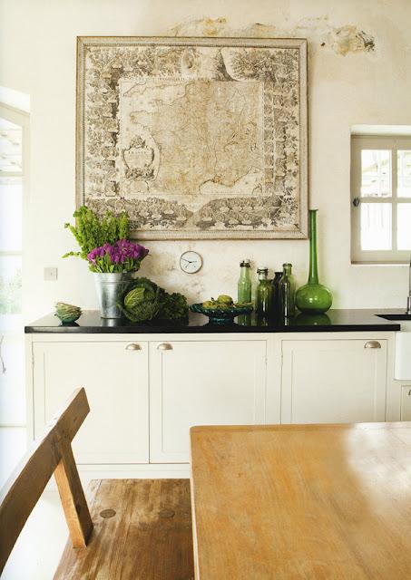 cocina_blanca_mapa_vintage_jarrones_cristal_vintage_flores_romanticas_white_vintage_kitchen