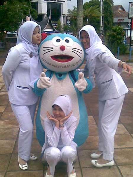 3 mahasiswi akper bersama doraemon cara memakai jilbab