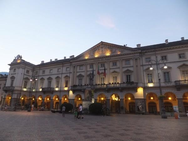 Aoste Aosta Italie piazza chanoux hôtel de ville nuit