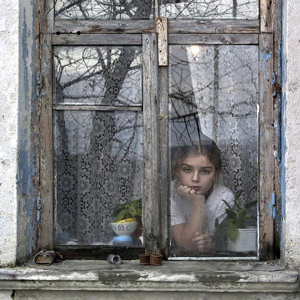 El silencio mas triste del mundo - Página 4 Nin%25CC%2583a+mirando+por+la+ventana