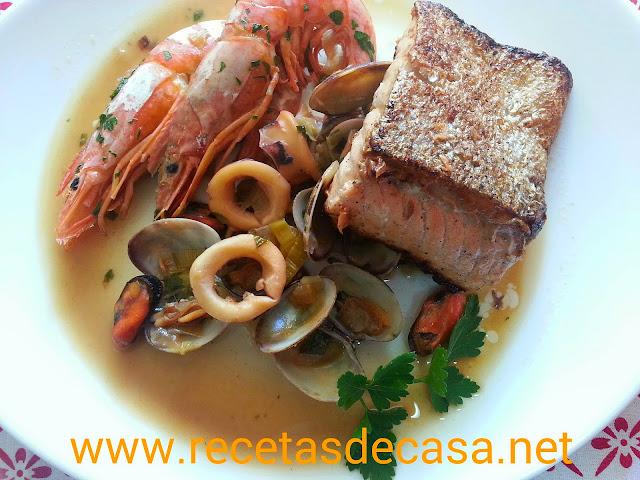 salmon a la plancha con guiso de gambones y calamares
