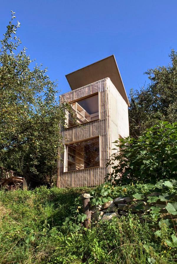 Una torre dei libri in giardino coffee break the for Libri sull architettura