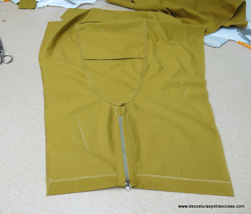 pantalón sport con cremalleras en los bajos