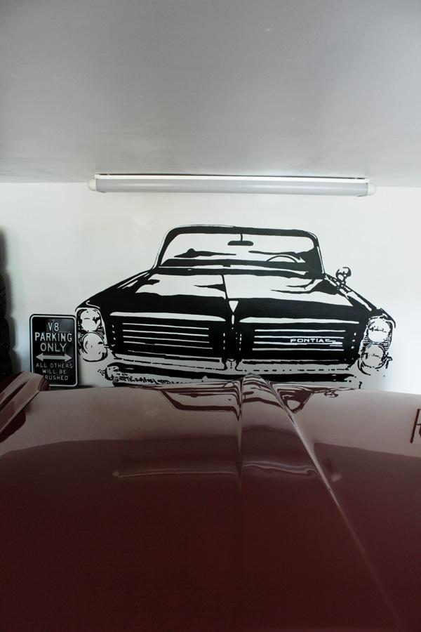plåtskylt i svart och vitt, väggmålning i svart och vitt, måla motiv på väggen, plåtskylt med text, bonneville 64, inredning garage med inspiration från 50-talet, 60-talet,