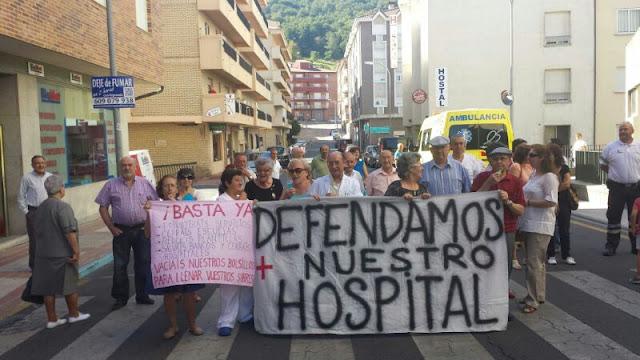 Algunos de los manifestantes a la puerta del hospital bejarano Virgen del Castañar